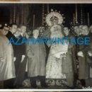 Fotografía antigua: SEMANA SANTA SEVILLA, 1952,EL TORERO JUAN SILVETI DONANDO SU TRAJE A LA VIRGEN DE GRACIA Y ESPERANZA. Lote 137278550