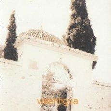 Fotografía antigua: BONITA FOTOGRAFÍA. PUERTA EXTERIOR DE LA CUEVA SANTA, ALTURA, CASTELLÓN. 50-60S CB. Lote 137341946