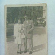 Fotografía antigua: MINUTERO DE FOTOGRAFO CALLEJERO DE PAREJA, DETRAS HAY UN TRANVIA . AÑOS 40. Lote 137343974