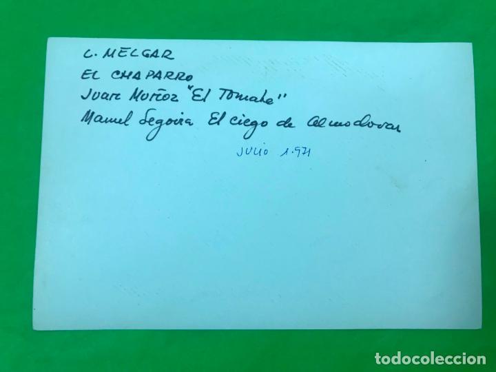 Fotografía antigua: FOTO CANTAORES FLAMENCO, L. MELGAR, EL CHAPARRO, JUAN MUÑOZ (EL TOMATE), CIEGO DE ALMODOVAR, 1971 - Foto 2 - 137351706