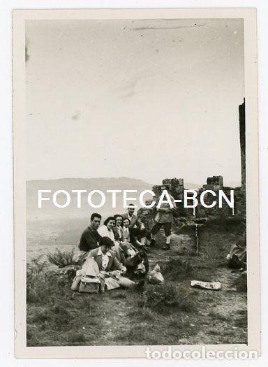FOTO ORIGINAL CASTILLO MONTSORIU ARBUCIES MONTSENY EXCURSIONISTAS AÑO 1951 (Fotografía Antigua - Fotomecánica)