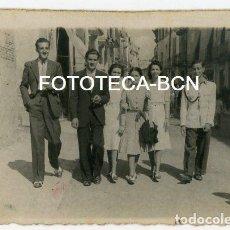 Fotografía antigua: FOTO ORIGINAL PIERA GENTE PASEANDO POR UNA CALLE AÑO 1940. Lote 137515602