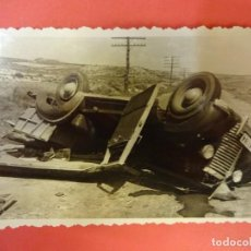 Fotografía antigua: ANTIGUA FOTO TAMAÑO POSTAL. VEHÍCULO MATRÍCULA DE BARCELONA ACCIDENTADO ZONA DE LOS MONEGROS. Lote 137720886