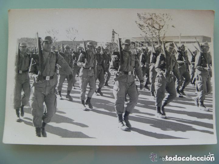 FOTO DE LA MILI : SOLDADOS CON ROPA DE FAENA Y CETME. DESFILE O INSTRUCCION . AÑOS 70 (Fotografía Antigua - Fotomecánica)