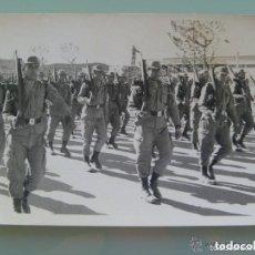 Fotografía antigua - FOTO DE LA MILI : SOLDADOS CON ROPA DE FAENA Y CETME. DESFILE O INSTRUCCION . AÑOS 70 - 137791562