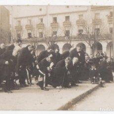 Fotografía antigua: FOTOGRAFÍA ANTIGUA LA CORUÑA. PERSONAJES EN MARIA PITA.. Lote 137958570