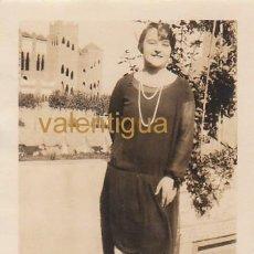 Fotografía antigua: MAGNÍFICA FOTO MUJER ANTE PLAZA TOROS LA MONUMENTAL, BARCELONA EN UNA CIUDAD MUY DISTINTA AÑOS 20 CB. Lote 138101110