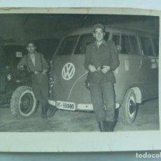 Fotografía antigua: FOTO DE MILITARES CON UNA FURGONETA DE VOLKSWAGEN MATRICULA DEL EJERCITO DE TIERRA. HUESCA, 1961. Lote 138716930