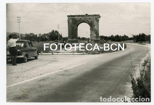FOTO ORIGINAL ARC DE BERA VIAJEROS COCHE SEAT RODA DE BERA TARRAGONA AÑOS 50 (Fotografía Antigua - Fotomecánica)