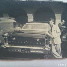Fotografía antigua: FOTO DE SEÑOR JUNTO A UN COCHE DE EPOCA, MATRICULA EXTRANJERA. Lote 138904494