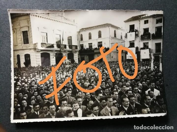 ANTIGUA FOTOGRAFÍA.PUEBLO DE ALGEMESÍ.VALENCIA.CELEBRACIÓN JUNTO A CASA CONSISTORIAL.FOTO AÑOS 40/50 (Fotografía Antigua - Fotomecánica)