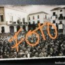 Fotografía antigua: ANTIGUA FOTOGRAFÍA.PUEBLO DE ALGEMESÍ.VALENCIA.CELEBRACIÓN JUNTO A CASA CONSISTORIAL.FOTO AÑOS 40/50. Lote 139714586