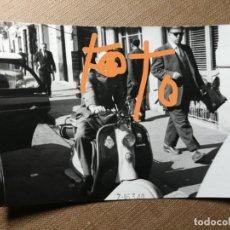Fotografía antigua: ANTIGUA FOTOGRAFÍA. MOTO VESPA O LAMBRETTA. FOTO AÑOS 60.. Lote 139716186
