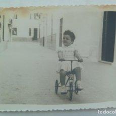 Fotografía antigua: FOTO DE NIÑA EN UN TRICICLO. Lote 139999506