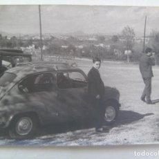 Fotografía antigua: FOTO DE JOVEN Y UN SEAT 600. SARDAÑOLA, 1960. Lote 140032554