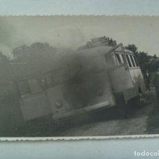 Fotografía antigua: FOTO DE UN AUTOBUS MATRICULA PMM ( PARQUE MOVIL MINISTERIAL ) ACCIDENTADO . BRENES ( SEVILLA ). Lote 140059242