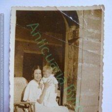 Fotografia antiga: FOTOGRAFÍA ANTIGUA ORIGINAL. ZARAUZ. AÑO 1933. MADRE Y NIÑO (8,5 X 6 CM) . Lote 140235766