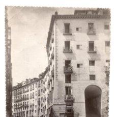 Fotografia antica: FOTOGRAFÍA PLAZA MAYOR DE MADRID ARCO DE CUCHILLEROS 11,5 X 17 CM. Lote 140468006
