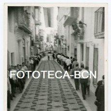 Fotografia antica: FOTO ORIGINAL SITGES CALLE ENGALANADA CON FLORES FIESTA DEL CORPUS PEATONES AÑO 1960. Lote 140478766