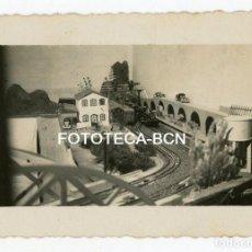Fotografía antigua: FOTO ORIGINAL MAQUETA DE TREN JUGUETE ESPAÑA AÑOS 30/40. Lote 140971470