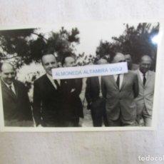 Fotografía antigua: GALICIA FOTOGRAFIA MANUEL FRAGA IRIBARNE EN VANGUARDIA Y OTROS PERSOEIROS, HACIA 1965/70 18*12CM.. Lote 141116278