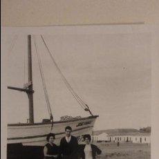 Fotografía antigua: ANTIGUA FOTOGRAFIA.PERSONAS EN PLAYA TORRE DEL MAR.MALAGA 1960. Lote 141245290
