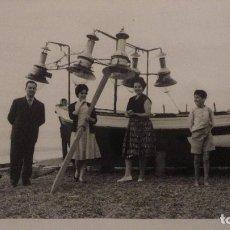 Fotografía antigua: ANTIGUA FOTOGRAFIA.PERSONAS JUNTO A BARCA.PLAYA TORRE DEL MAR.MALAGA 1960. Lote 141245426