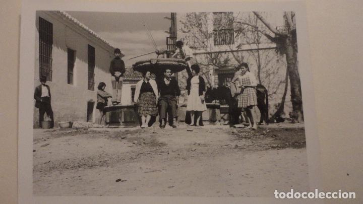 ANTIGUA FOTOGRAFIA.GRUPO DE PERSONAS JUNTO A FUENTE.VELEZ MALAGA 1960 (Fotografía Antigua - Fotomecánica)