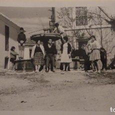 Fotografía antigua: ANTIGUA FOTOGRAFIA.GRUPO DE PERSONAS JUNTO A FUENTE.VELEZ MALAGA 1960. Lote 141245730