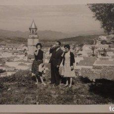 Fotografía antigua: ANTIGUA FOTOGRAFIA.PERSONAS CON VISTAS DE VELEZ MALAGA.1960. Lote 141246206