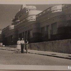 Fotografía antigua: ANTIGUA FOTOGRAFIA.PERSONAS EN TORREMOLINOS.MALAGA 1960. Lote 141526450