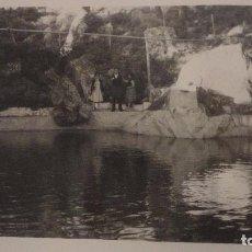 Fotografía antigua: ANTIGUA FOTOGRAFIA.PERSONAS EN PARADOR SANCHO.MALAGA? 1960. Lote 141526970