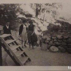Fotografía antigua: ANTIGUA FOTOGRAFIA.PERSONAS EN PARADOR SANCHO.MALAGA? 1960. Lote 141527054