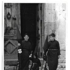 Fotografía antigua: FOTOGRAFIA DE NAZARENOS CON ESTANDARTE SEMANA SANTA DE CUENCA 1962. Lote 141842002