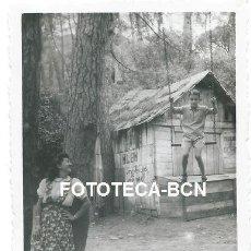 Fotografía antigua: FOTO ORIGINAL LES PLANES SANT CUGAT CABAÑA COMERCIO PUENTE ALBA UTENSILIOS COCINA AÑO 1944. Lote 142335046