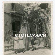 Fotografía antigua: FOTO ORIGINAL CALLE ENGALANADA POSIBLEMENTE BARCELONA FIESTAS BARRIO GRACIA AÑOS 50. Lote 142516570