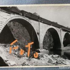 Fotografía antigua: ANTIGUA FOTOGRAFÍA. PUENTE FERROVIARIO (FERROCARRIL) DEL ESTRECHO. (BIERZO-OURENSE). FOTO AÑOS 50.. Lote 142676658