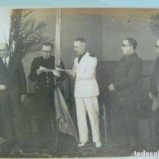 Fotografía antigua: POST-GUERRA CIVIL: FOTO ENTREGA BANDERA , JERARCAS DE FALANGE, ALCALDE DE CADIZ , ETC . AÑOS 40. Lote 142764094
