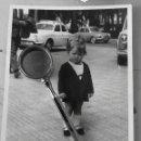 Fotografía antigua: ANTIGUA FOTOGRAFIA, NIÑA EN ALICANTE, COCHES DE FONDO. AÑOS 60?. Lote 142787526