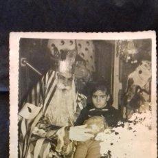 Fotografía antigua: REY MAGO CON NIÑA FOTO CAMPOS SEVILLA 1958. Lote 143054886