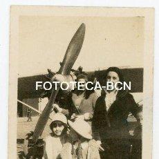 Fotografía antigua: FOTO ORIGINAL PESONAS JUNTO A UN AVION POSIBLEMENTE CATALUNYA AÑO 1931. Lote 143131950