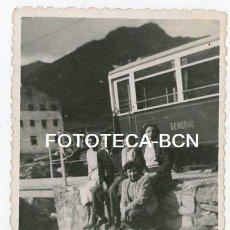 Fotografía antigua: FOTO ORIGINAL SANTUARIO DE NURIA ESTACION TREN CREMALLERA VIAJEROS EDIFICIO AÑOS 50. Lote 143150842