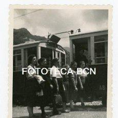 Fotografía antigua: FOTO ORIGINAL SANTUARIO DE NURIA ESTACION TREN CREMALLERA VIAJEROS VAGON AÑOS 50. Lote 143151086