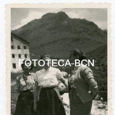 Fotografía antigua: FOTO ORIGINAL SANTUARIO DE NURIA VISITANTES EDIFICIO AÑOS 50. Lote 143152406