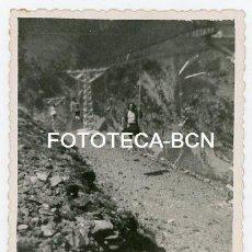 Fotografía antigua: FOTO ORIGINAL SANTUARIO DE NURIA VISITANTES TELESILLA AÑOS 50. Lote 143152714