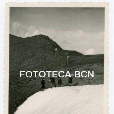 Fotografía antigua: FOTO ORIGINAL SANTUARIO DE NURIA EXCURSION POR LA MONTAÑA AÑOS 50. Lote 143153178