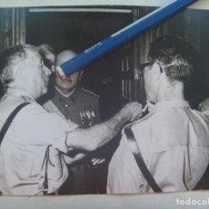 Fotografía antigua: FOTO DE MILITARES , UNO VETERANO GUERRA CIVIL , CONDECORADO . JURA DE BANDERA 1970. Lote 143329650