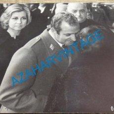 Fotografía antigua: VALLE DE LOS CAIDOS, 1976, LOS REYES EN EL FUNERAL POR FRANCO, 178X128MM. Lote 143329914