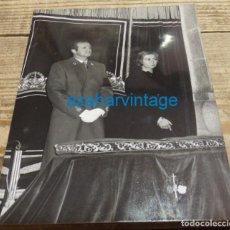 Fotografía antigua: VALLE DE LOS CAIDOS, 1975, LOS REYES EN UNA MISA POR EL ALMA DE FRANCO, 128X178MM. Lote 143360238