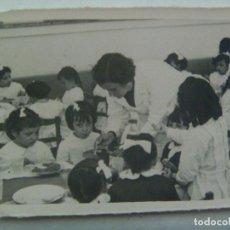 Fotografía antigua: FOTO ESCOLAR : NIÑAS CON BABIS ALMORZANDO EN EL COMEDOR DEL COLE. Lote 143449422